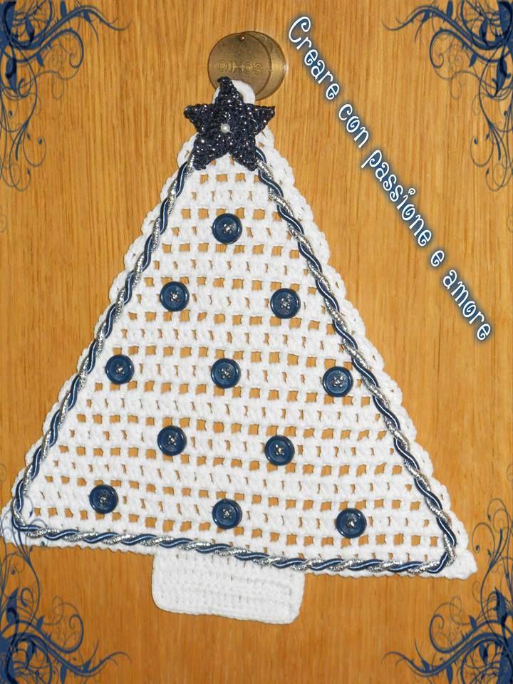 Alberello fuoriporta in cotone lavorato all'uncinetto, decorato con bottoni e cordoncino, la stella anch'essa lavorata  all'uncinetto by https://www.facebook.com/creareconpassioneeamore/