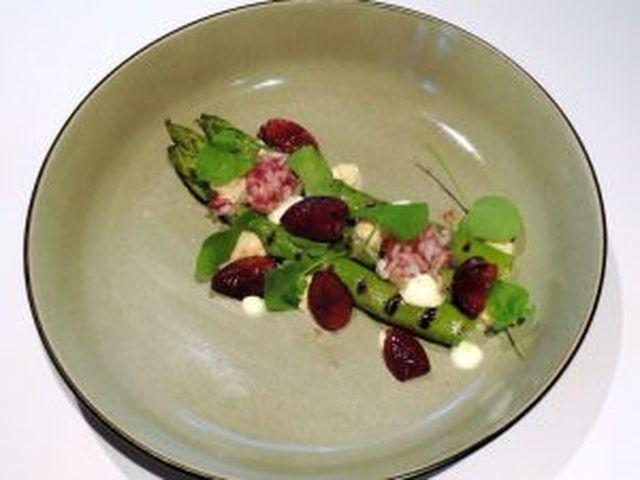 Gegrilde groene asperges, crème van zalm, gemarineerde rode ui & Kers – Davy Schellemans – Veranda