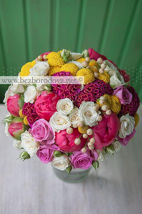 Летний свадебный букет из коралловых пионов, малиновой целозии, белой кустовой розы с ягодами гиперикума и желтой краспедии