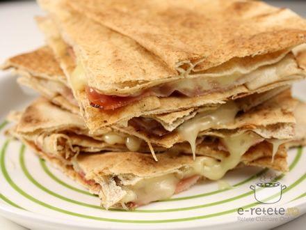 Sandwichuri calde cu branza Brie