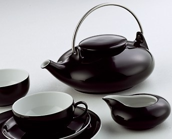 Teesetti Intia Posliinia. Väri musta. 21-osainen tyylikäs teesetti: teekannu 1l, sokeriastia 0,20 l, maito/kerma-astia 0,15 l, 6 teekuppia 0,20 l, 6 aluslautasta 14 cm ja 6 leivoslautasta 20 cm.
