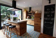 Cozinha incrível e pisos lindos tornam esta casa encantadora (De Tony Santos Arquitetura)