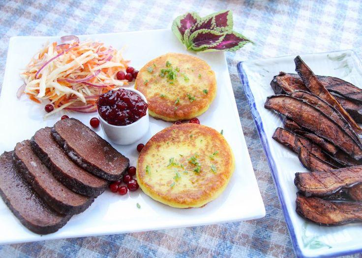 Glutenpudding med gyllene potatisplättar samt rökiga och salta auburgineslices – Awesome Vegan Dad