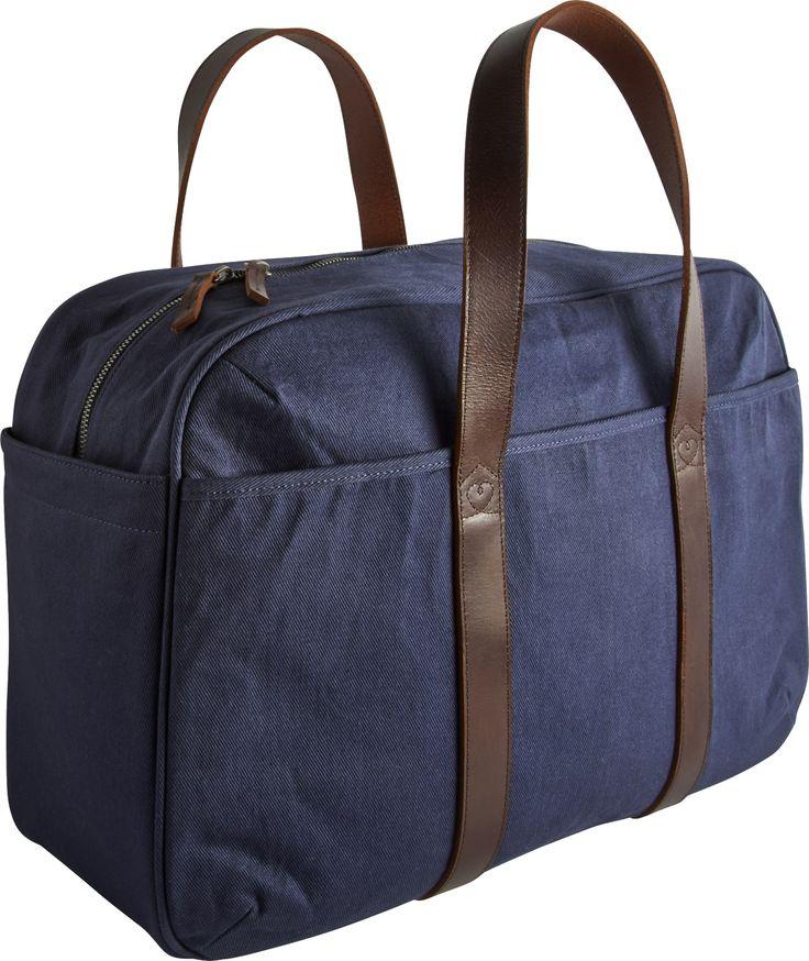 Courier week-endbag i blå canvas. Dimensjoner: L47 x H32 x D22cm. Kr. 1390,-