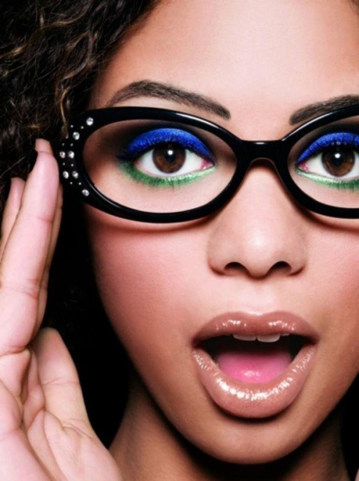 Chica usando colores neón como sombra de ojos