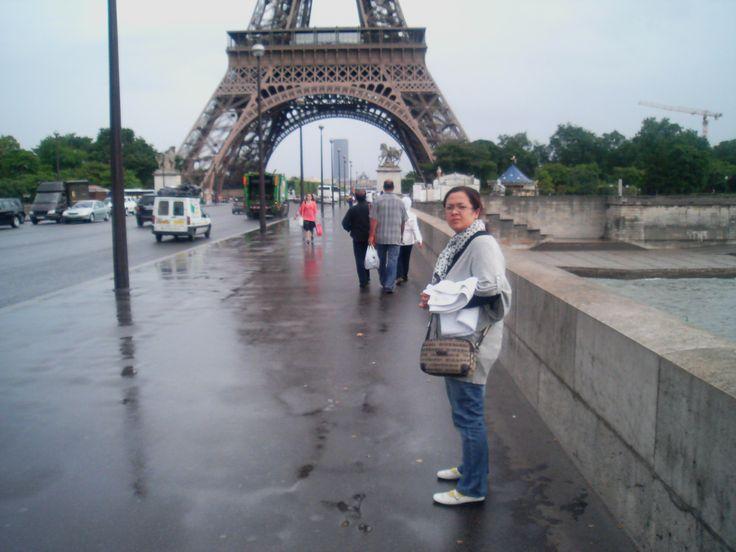 Cuaca di Paris siang itu sedang hujan, suhu menjadi sedikit lebih dingin dan langit mendung. Tapi sungai Seine ini tetap cantik.