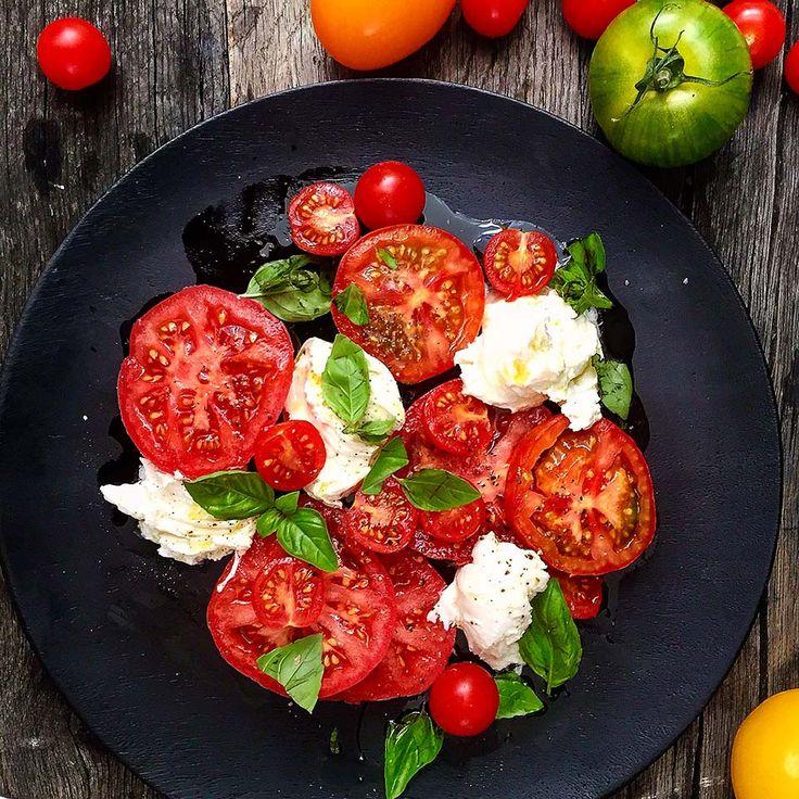 Caprese ( Tomat og mozzarella salat )Insalata caprese betyr bokstaveligtalt , salaten fra Capri. En perfekt sommersalat som kan lages på noen få minutter. Siden salaten består av få Ingredienser er det viktig at man bruker fine modne tomater ...