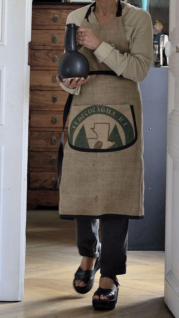100% toile de jute de sacs de café recyclés, avec poche ventrale imprimée d'origine. Doublure intérieure 100% coton noir.  Made in Nantes.   Dimensions : Hauteur 88cm x Largeur 75cm.