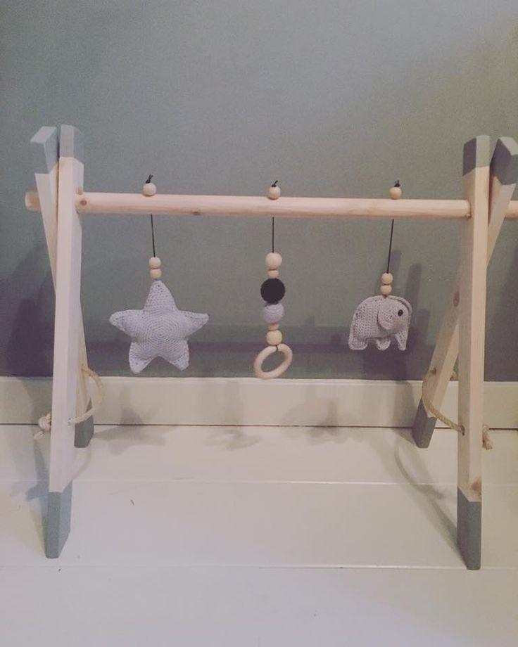 Handgemaakte babygyms!  Gehaakte accessoires in kleur naar keuze, in elk speeltje zit een rammelaar..  34,95