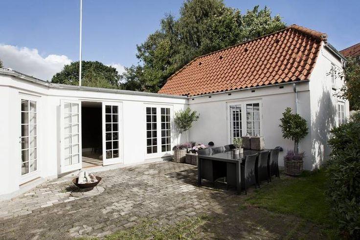 LUN PLASS: Hagen med den brosteinsbelagteterrassen ligger luntmellom de to huskroppene.