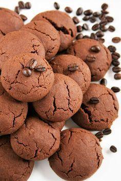 Te ciasteczka są wprost niewiarygodnie kruche, po prostu: rozpływają się w ustach. Są mocno kawowe. Niezbyt słodkie, więc można je dodatkowo...