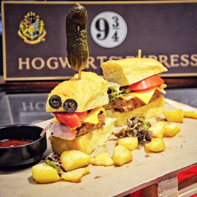 Hogwarts Express Γεύση: Μοσχαρίσιο burger µε πατάτες, µπέικον,τσένταρ, ντοµάτα, κρεμμύδι και σως barbecue σε δικό µας ψωµί.Στοιχεία: Το τραίνο που ξεκινούσε από το σταθµό τουΚινγκ Κρος και έφτανε µέχρι το Χόγκουαρτς.Ξεκινούσε πάντα την 1η του Σεπτέµβρηαπό την πλατφόρµα 9 3/4.