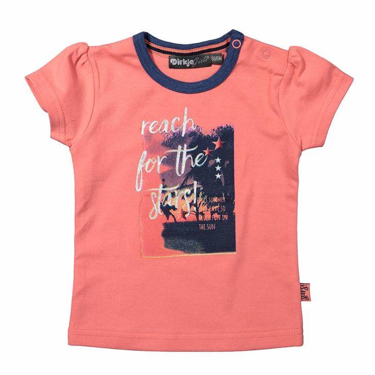Roos / oranje 't shirt is voorzien van een korte mouw en een ronde hals. De  ronde hals is afgewerkt met een blauwe boord. De 't shirt heeft een  fotoprint ...