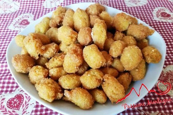 Stuzzichini di Polenta e Formaggio - Per riutilizzare la polenta avanzata, ho creato questi stuzzichini di polenta e formaggio ideali come aperitivo o per la merenda dei bambini, al posto degli snack confezionati