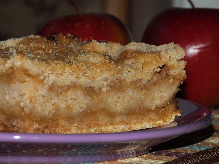 Przepis na szarlotka sypana - błyskawiczne i przepyszne ciasto z jabłuszkami. Do miski wsypać mąkę pszenną, bułkę tartą, kaszę mannę, cukier trzcinowy, proszek do pieczenia oraz szczyptę cynamonu i kardamonu.