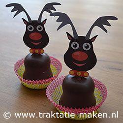 Traktatie Rendier. Nodig: Werktekening, cocktailprikker, choco-zoen, cupcake vormpje. Werkwijze: Print de werktekening en knipdeze grof uit, Vouw de stippellijn en plak deze op elkaar met hiertussen de prikker, knip het rendier netjes uit. Prik deze in de choco-zoen en zet deze op het papieren cupcake vormpje. http://www.traktatie-maken.nl/traktatie-maken-img/werktekening/rendier-rudolph.pdf