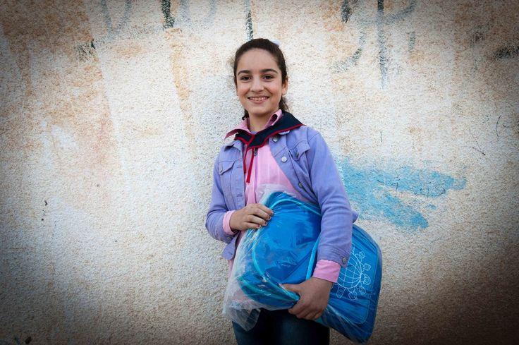 Une jeune Syrienne, fière de son nouveau cartable dans lequel elle peut emmener tout ce dont elle a besoin pour aller à l'école. En savoir plus : http://www.unhcr.it/news/dir/28/view/1646/siria-appello-per-salvare-unintera-generazione-164600.html