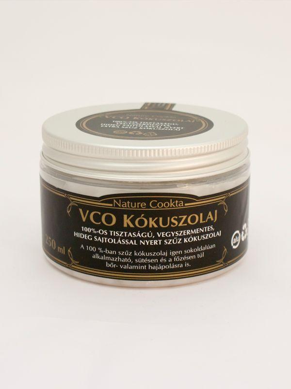 Nature Cookta VCO Kókuszolaj 250 ml - Az ínyenc konyhák népszerű alapanyaga az első sajtolásból nyert Nature Cookta VCO Kókuszolaj. Meghatározó alapanyaga a paleolit, vegán és vegetáriánus étrendnek, melyet teljesen vegyszermentesen, hideg sajtolással állítanak elő. A szilárd állapotában fehér, folyékonyan pedig áttetsző konyhai összetevő természetes szűrés után többszöri alkalommal is felhasználható.