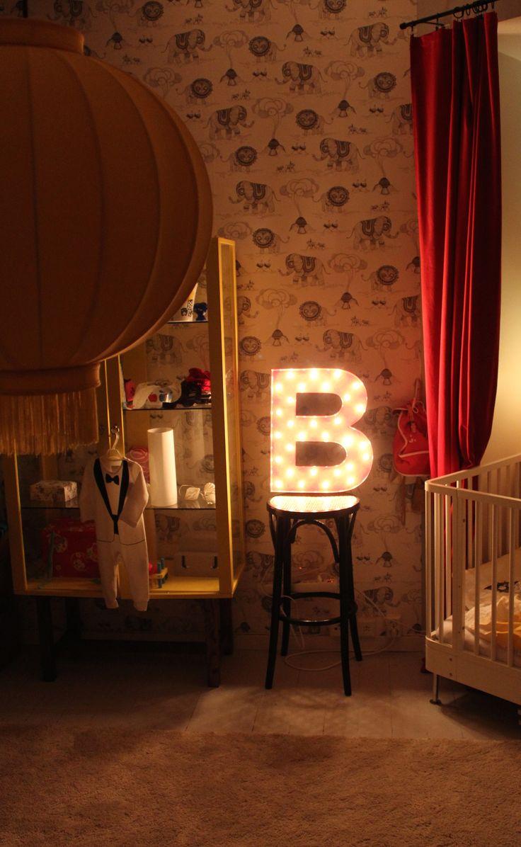 Bokstavslampa B som kommer från Cirkuslampan.se