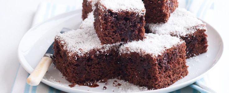1. Mouku smíchejte s kakaem holandského typu tak, aby ve směsi nebyly žádné kakaové hrudky. Přidejte oba sáčky prášku do pečiva a cukr. Nakonec...