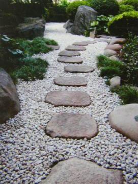 庭のリフォーム(石・砂利敷き) | グリーン工房クロフトのブログ 約15mの園路の砂利が白く輝いています!