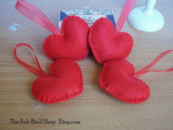 San Valentino. Cuori rossi di feltro. Ornamenti di TheFeltBirdShop