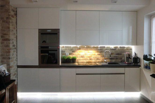 Meble kuchenne lakier biały połysk.Szafki dolne listwy uchwytowe nikiel szlifowany, szafki górne system TIP ON BLUM ( mówiąc inaczej - popularny KLIK ) Oświetlenie zimne LED  cokoły oraz blat.