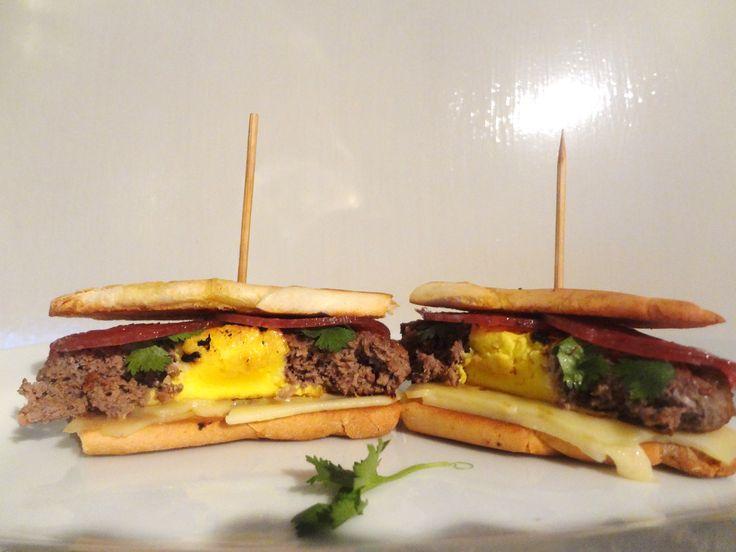 ¿Qué hacer con los restos de comida? La solución, porque no todo es pan con jamón y queso: Sándwich de carne relleno de huevo. Aquí las instrucciones >>> http://cookingpapas.blogspot.com/2013/07/sandwich-de-carne-relleno-de-huevo.html