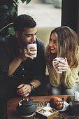 Pareja en el amor bebiendo café en la cafetería