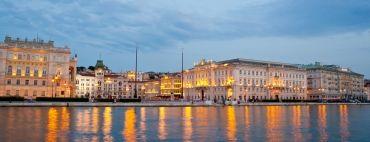 Trieste è una città unica, spazzata dalla bora estiva e dalla bora con la neve, dove James Joyce amava passare i pomeriggi in uno dei suoi celebri caffè austriaci. La cucina triestina rivive nei frollini Pintaudi, morbidi e friabili, e nei dolci della tradizione come il celebre Presniz, dolce alle noci e pinoli.