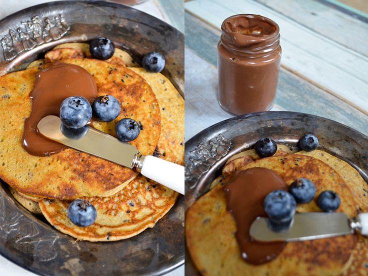 recept-bananen-pannenkoek met chocolade-koffie pasta  Voor de koffiepasta  – 125 ml slagroom  – 140 g pure chocolade (70% cacaobestandsdelen)  – 1 kopje espresso  – 1 ei  – 1 tl kaneel    Voor de pannenkoekjes  – 1 banaan  – 2 eieren  – 1 el boekweitmeel  – handje blauwe bessen