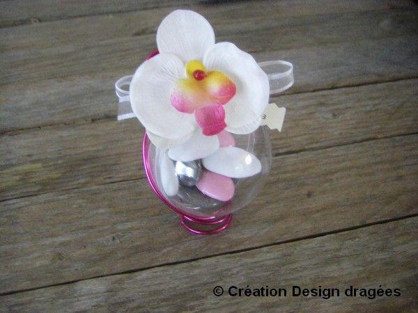 Boule garnie de dragées dans les tons gris,rose,blanc avec une jolie orchidée