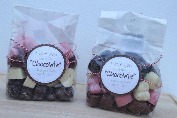 Witte melk pure en Aardbeien chocolade harten  door Denisetaartenzo