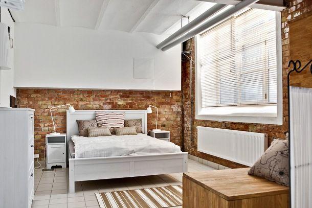 Zdjęcie: czerwona cegła  białej sypialni