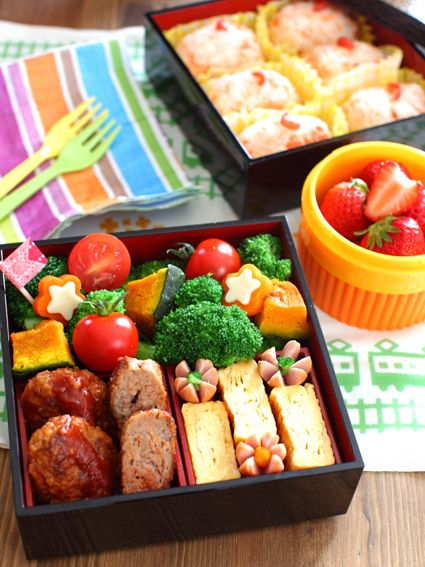 幼稚園の遠足 お弁当. Bento for a kid's field trip day. Rolled omelet eggs, hot dogs and mini hamburger/meat balls.