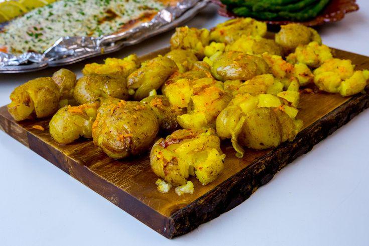 Kraschad potatis är urläckert och ett av mina absoluta favorittillbehör vid maten. Passar att serveras vid allt! Jag testade att ha lite saffran i vitlökssmöret och penslade potatisarna gyllene. Det blev så himla smarrigt. Jag serverade mina saffranspotatisar med lax. SMARR!!! Recept på laxen hittar du HÄR! 4 portioner kraschad potatis i ugn 12 potatisar 100 g smör (1 dl olivolja funkar också bra) 2 vitlöksklyftor 0,5 g saffran Salt & peppar Gör såhär: Koka potatisarna mjuka med skal, låt...