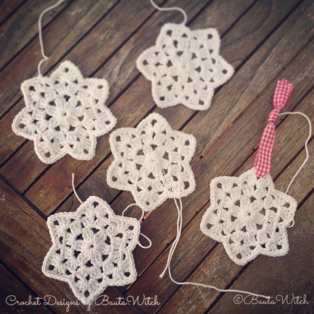 Är oerhört fylld med kreativitet just nu!  Experimenterade litet med min sippruta igår kväll. Det blev en söt stjärnruta ⭐️ eller snöflingeruta ❄️! Vacker en o en som juldekoration men även fina att virka ihop till duk, gardin eller pläd! Mönster kommer i bloggen imorgon!  #virka #virkat #crochet #diy #jul #christmas #bautawitch #mönster #catania #garn #mormorsruta #snöflinga #stjärna #star #snowflake