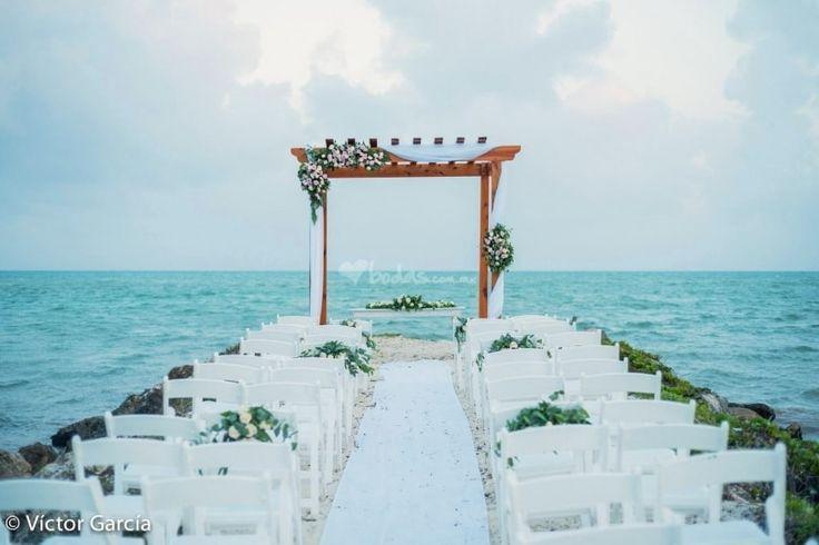 pergola de lujo ambientada con telas y flores acompañada con la hermosa vista del mar caribe #lovememories #destinationwedding