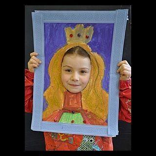 Portrait mit gemalten Haaren Gesicht durchs Loch gesteckt