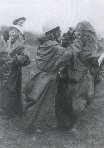 Diese Studentinnen müssen das korrekte Anlegen der persönlichen Schutzausrüstung noch üben. Im Bild ist übrigens die in der DDR seltene sowjetische Schutzmaske GP-4 zu erkennen.