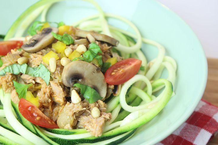 Doordeweeks recept voor courgetti met tonijn. Dit koolhydraatarme eenpansgerecht bevat lekker veel groente en is te vinden op eethetbeter.nl.