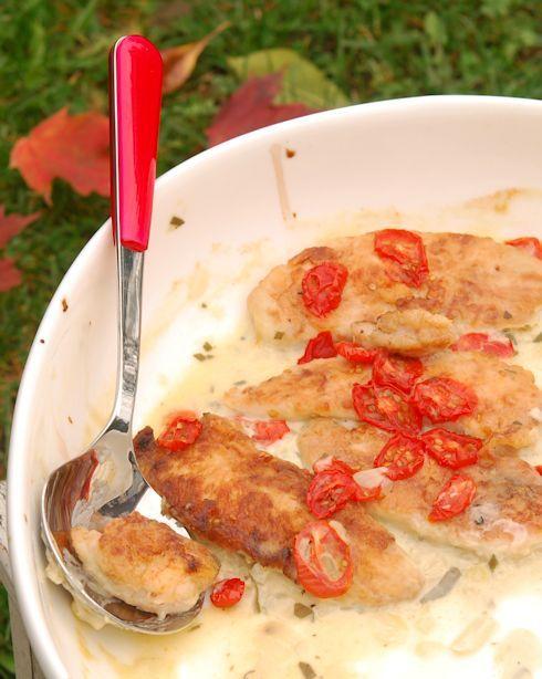 Запеченные куриные филе – блюдо для ленивого приема гостей. 600 г куриных филе 3 стол лож муки 40-50 мл оливкового масла  1 луковица. 2 стол лож оливкового масла 1 стол лож муки 5-6 листиков шалфея или 5-6 веточек тимьяна 2 зубчика чеснока 350 мл куриного бульона 150 мл сливок 1 чай лож горчицы  500 г шерри-помидорок  Соль, перец