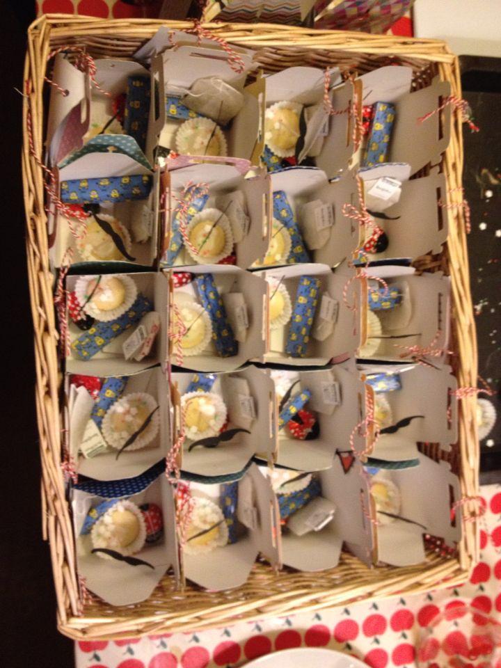 Traktaties in een kadodoosje van #flyingtiger lieveheersbeestje van de Hema, minion chocolaatje van de xenos peperkoekmannetje zelf gemaakt van zanddeeg en icing pen, minicakejes met een snor prikker.: