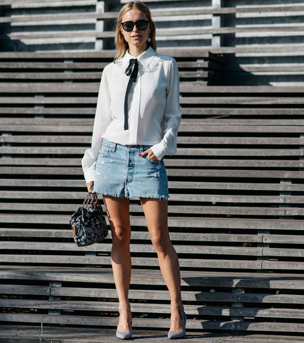 Look escritório com minissaia jeans, camisa e scarpin.