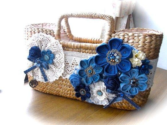かごバッグを、デニム生地で作ったお花でデコレーションしました。横幅約41cm、深さ約21cm、マチ約14cm。深さが控えめで横に長く、マチがある形。天ファスナ...|ハンドメイド、手作り、手仕事品の通販・販売・購入ならCreema。