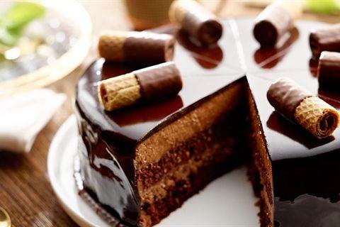 """Pyszny tort na czekoladowym biszkopcie, z musem czekoladowym i czekoladową polewą – """"Czekoladowy Sen"""" według Pawła Małeckiego. Musisz spróbować!"""