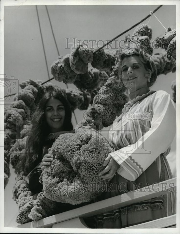 Press Photo Natural sponges on Greek boats hang out to  dry