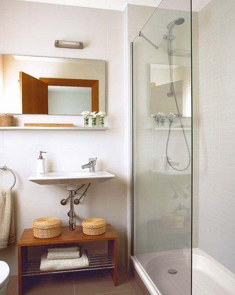 Un baño con mampara fija de 5,94 m²