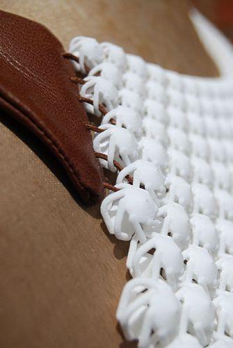 À mi-chemin entre le textile et le bijou, Carrie Dickens utilise l'impression 3D pour créer de grandes pièces articulées inspirées par les motifs de dentelle irlandaise ancienne. Il en résulte une matière hybride, ressemblant à du tricot, ouvrant de belles perspectives tant dans le domaine du bijou que du design textile.