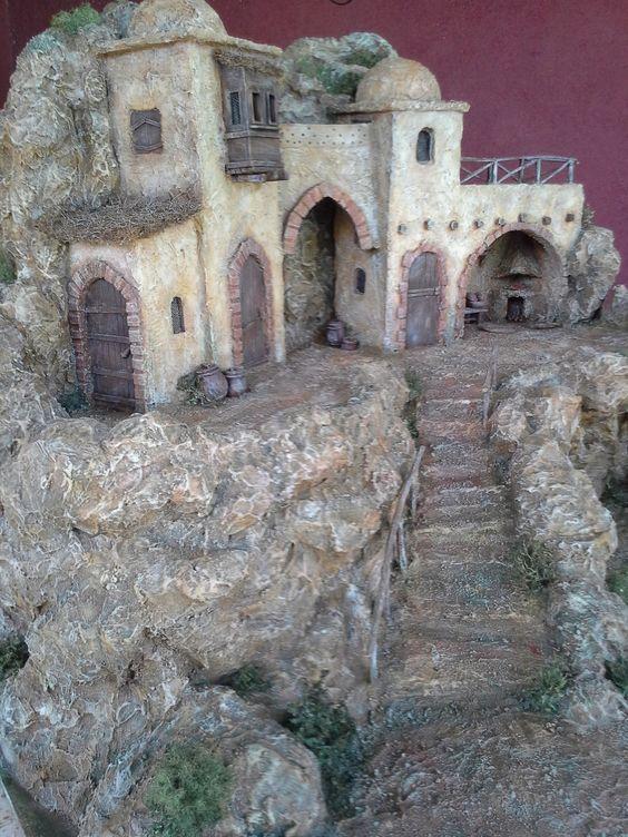 Casa con Puerta con Arco y Escalera